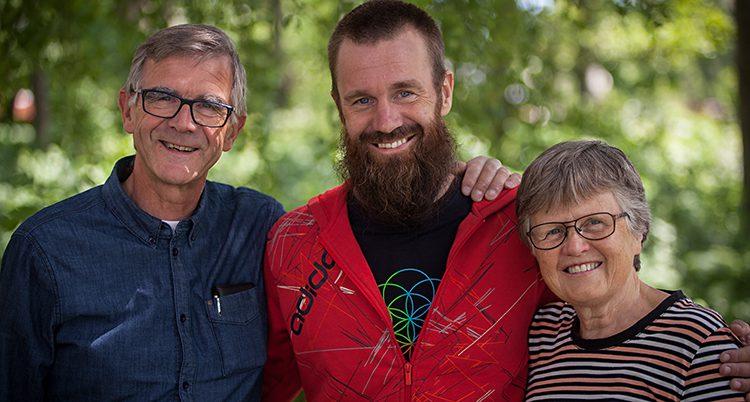 Johan Gustafsson tillsammans med sina föräldrar.