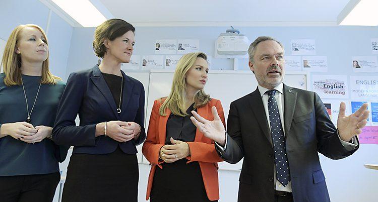 De fyra partiledarna står på rad bredvid varandra.
