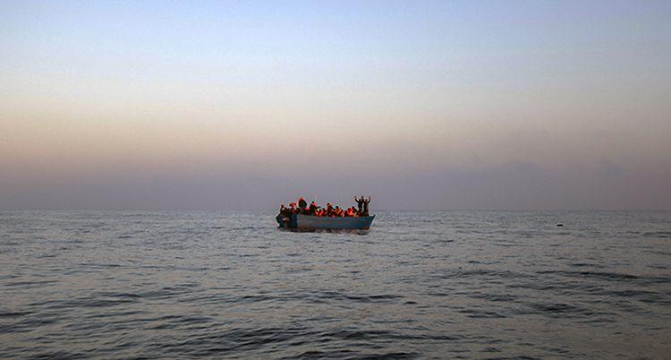 En gummibåt med flyktingar på Medelhavet.