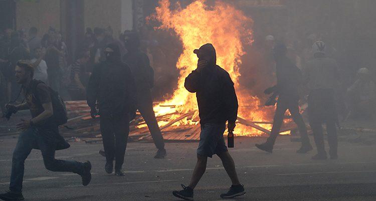 Våldsamma demonstranter tände eld på bilar