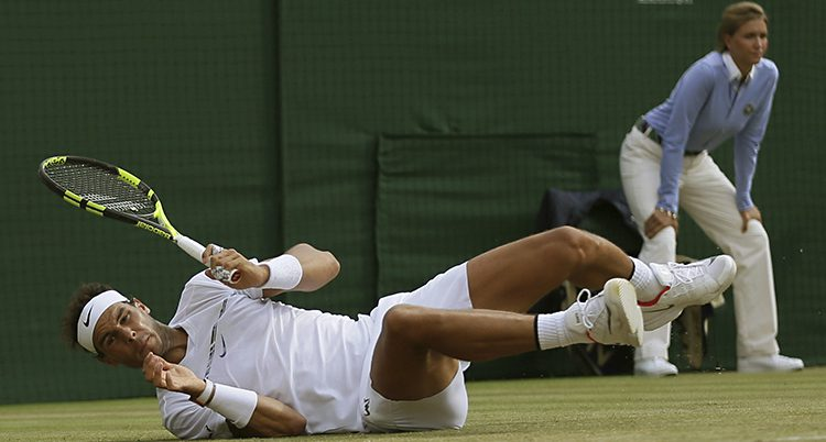 Rafael Nadal har ramlat på tennisbanan.