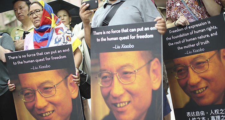 Folk bär bilder på Liu Xiaobo