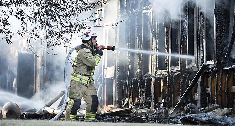 En brandman försöker släcka elden