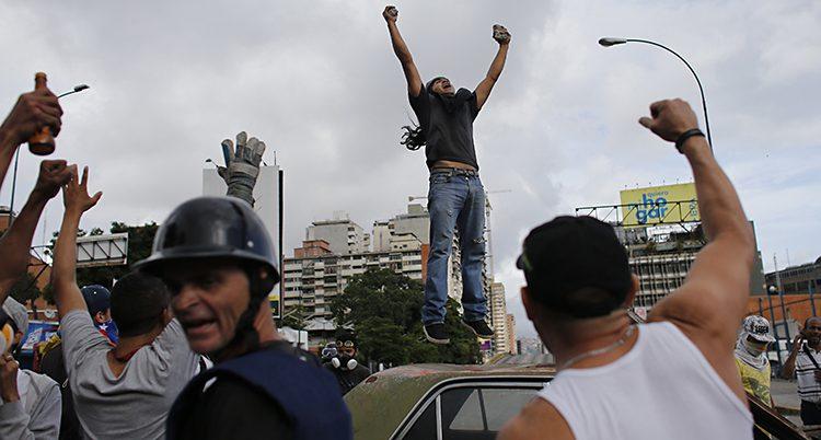 En demonstrant på en bil i Venezuela.