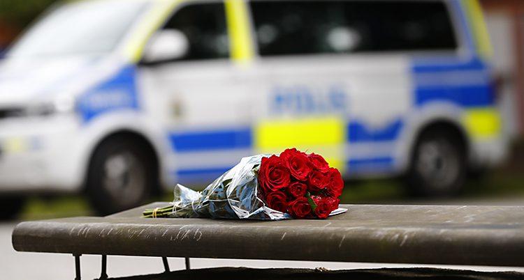En bukett rosor utanför polishuset i Göteborg.