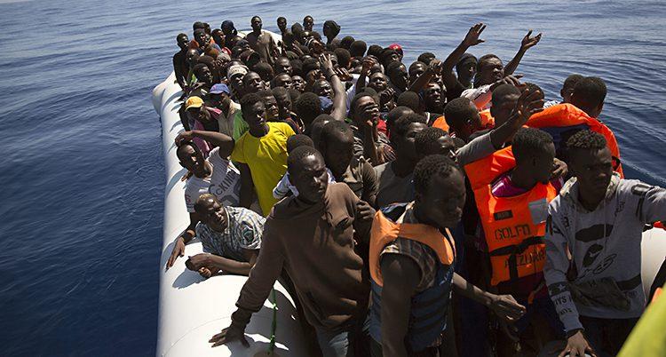 Flyktingar i en gummibåt
