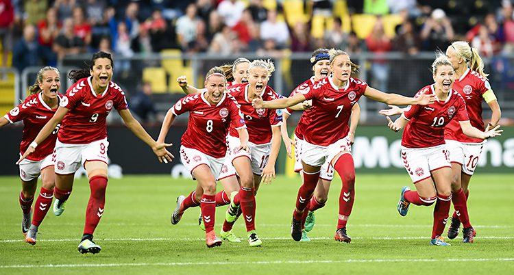 Röd och vit-klädda fotbollsspelare springer på planen och ser glada ut efter vinsten mot Österrike.
