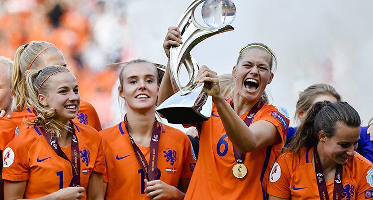 Nederländerna håller prispokalen och skrattar.