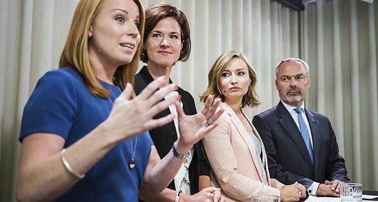 De fyra partiledarna vid talarstolar. Annie Löff är närmast kameran och pratar.