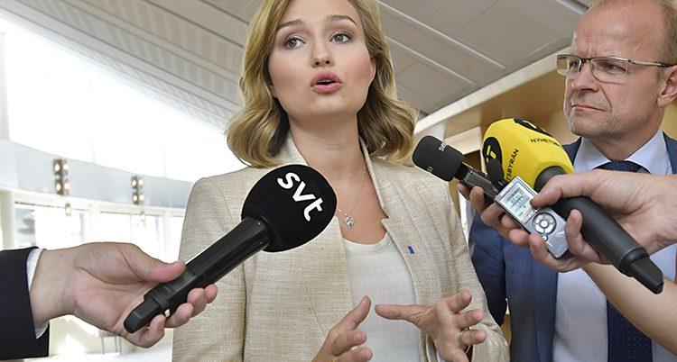 Ebba Busch Thor i vitt pratar med SVT.