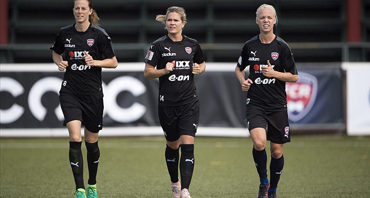 Tre spelare från klubben Rosengård tränar.