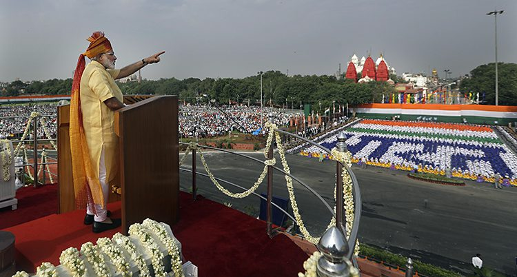 Narendra Modi står i en talarstol och talar till folket.