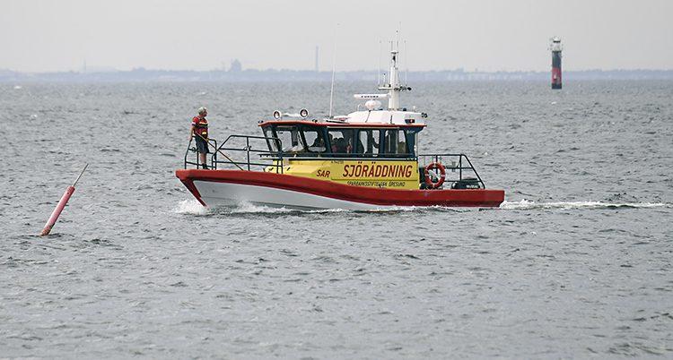 En båt från den svenska sjöräddningen åker i havet.