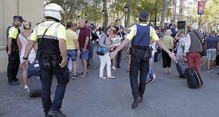 Poliser motar bort folk från Ramblas