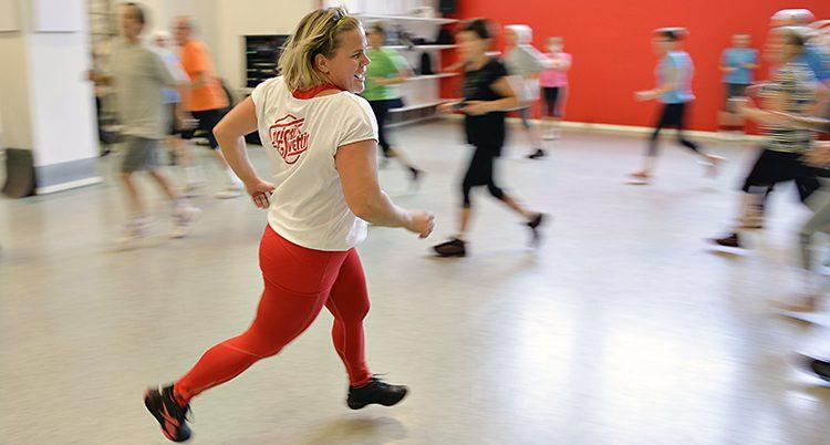 Människor springer runt i en träningslokal