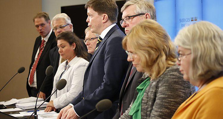 Politikernai KU står i rad i vid sina bänk