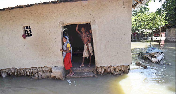En översvämmad by i Indien