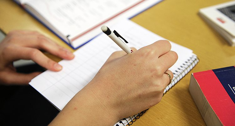 En student pluggar