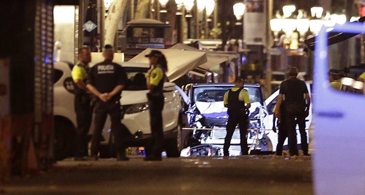 Poliser i mörkret framför en skadad bil
