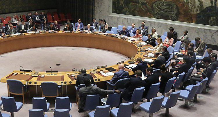 En bild snett ovanifrån på FNs säkerhetsråd. Folk sitter i en halvcirkel runt ett runt bord.