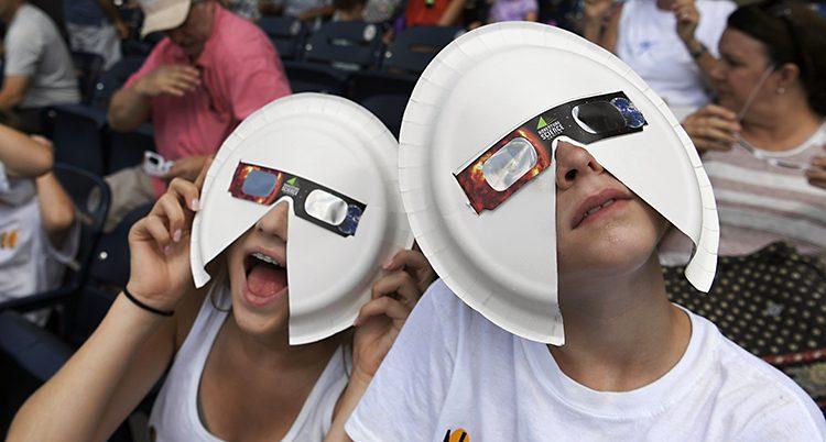 Människor tittar på solförmörkelsen