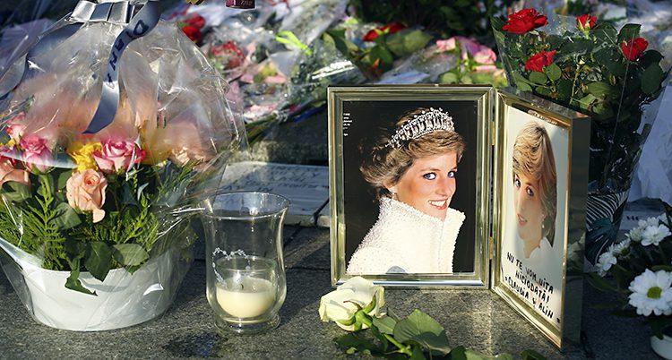 Ett foto på prinsessan Diana bredvid blommor och ljus.
