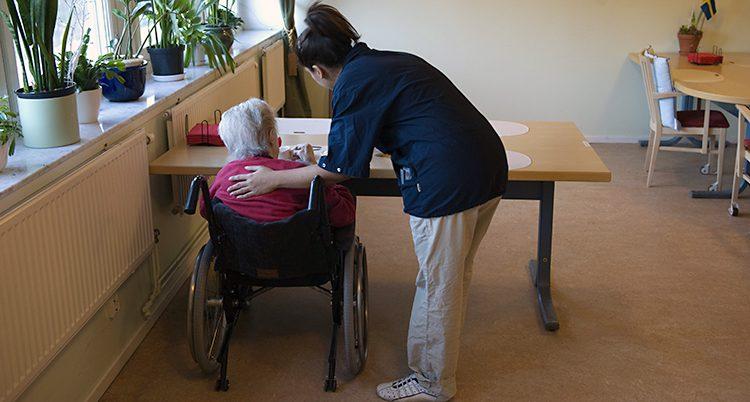 En gammal kvinna får hjälp