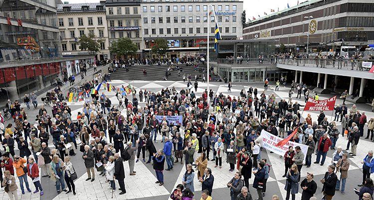 Folk protesterar mot militärernas övnin