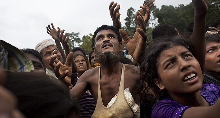 Flyktingar köar för mat