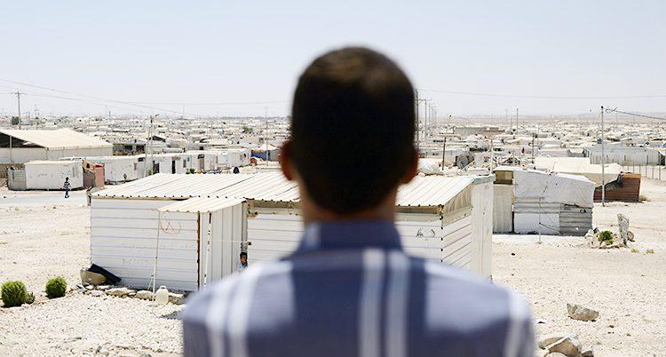 En man i ett läger för flyktingar