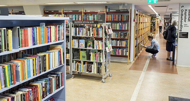 Bokhyllor med böcker i ett bibliotek.