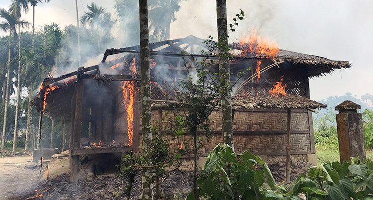 En by brinner i landet Burma