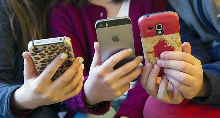 Barn som surfar på sina mobiler.