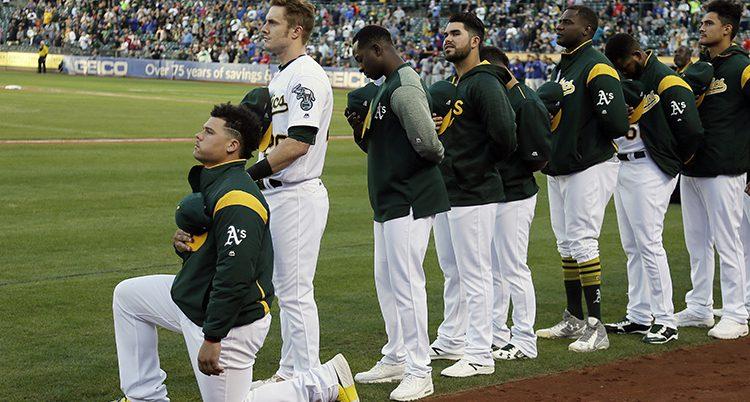 En spelar står på knä i protest