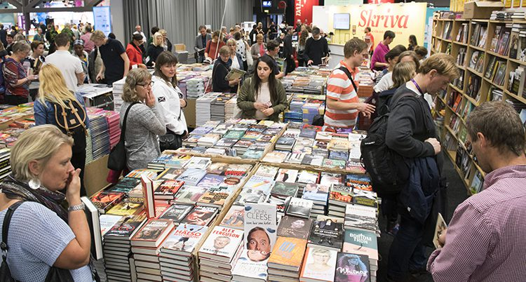Folk tittar på böcker