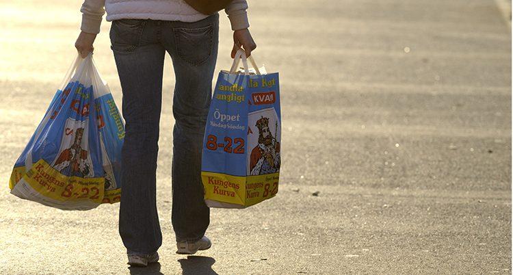 En man med en papperskasse