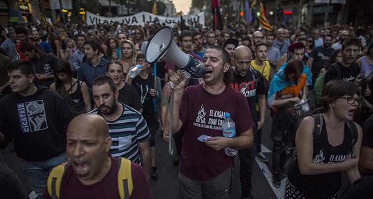 Människor demonstrerar i Barcelona.