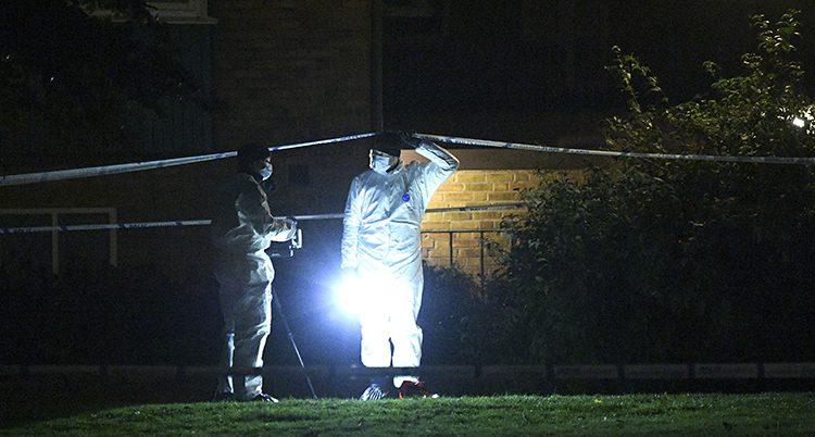 Två poliser står vid brottsplatsen i Trelleborg.