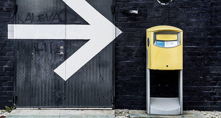 En gul brevlåda.