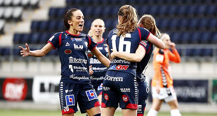 Linköping firar ett mål.