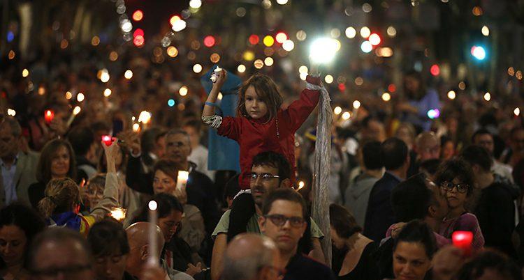 Folk protesterar i Barcelona
