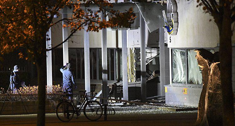 En bomb sprängdes vid polishuset
