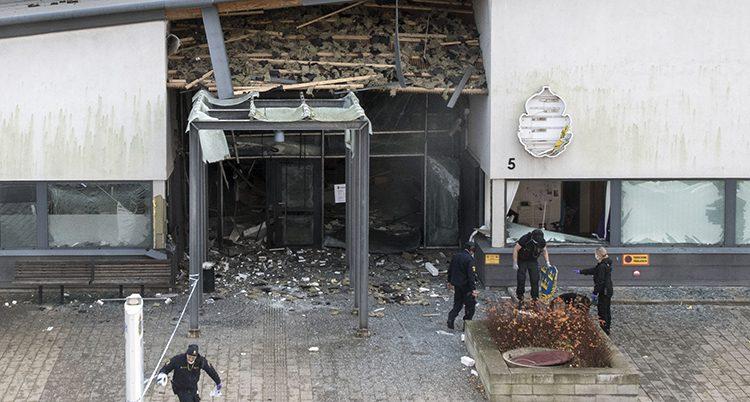 Ingången till polishuset sprängdes av en bomb