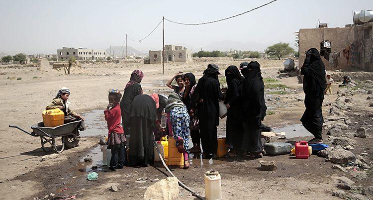 Folk hämtar vatten i en brunn i Jeme