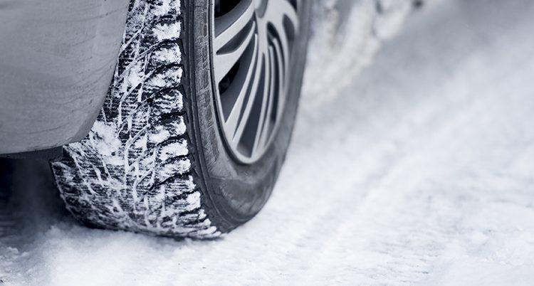 En bil med vinterdäck.