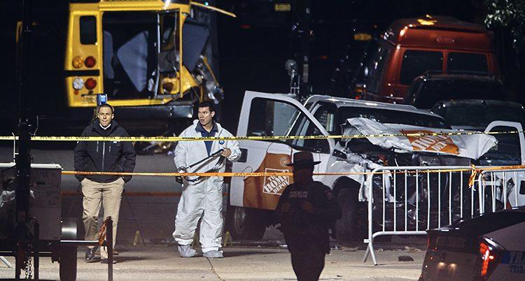 Poliser vid bilen som mannen körde