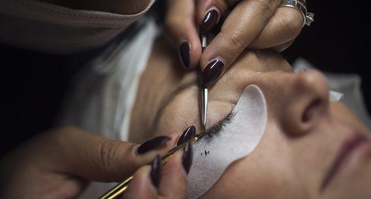 En kvinna får konstgjorda ögonfransa