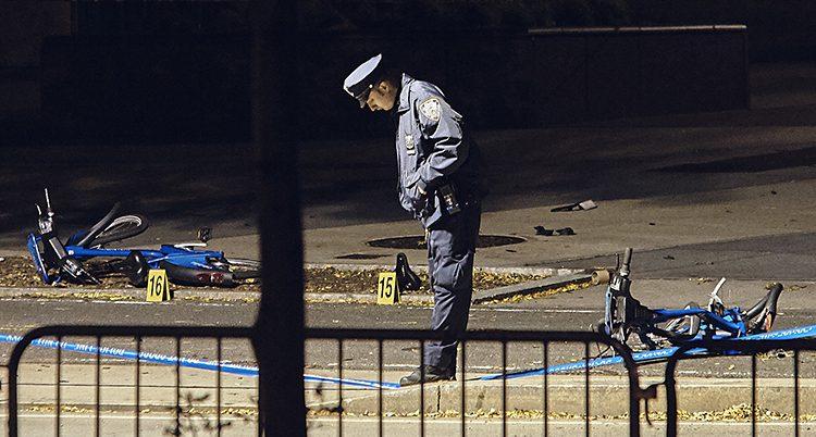 En polis på platsen där åtta människor dödades