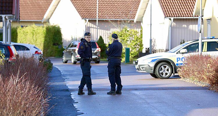 Poliser vid huset i Västerås.