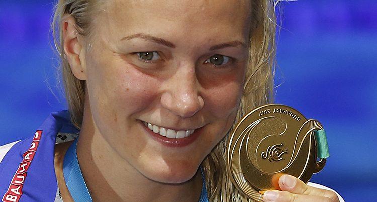 Sarah Sjöström visar upp en medalj